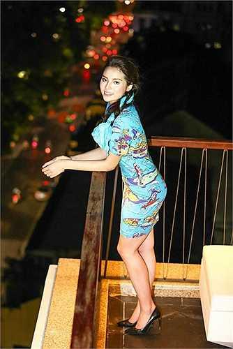 Xuất hiện trong một sự kiện tại Hà Nội vào cuối tuần qua, Hoa hậu Kỳ Duyên tiếp tục thu hút sự chú ý của các ống kính máy ảnh. Cô diện bồ đầm bó sát màu xanh tươi mát giữa cái nóng nực cực điểm của Hà Nội, khoe thân hình quyến rũ hơn sau khi đã giảm cân.