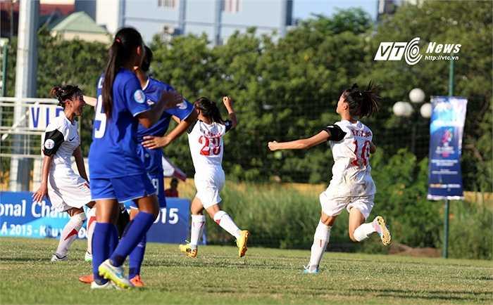 Bị đối thủ dẫn trước 1-0, phải đến cuối hiệp 2, các cô gái Việt Nam mới tìm được bàn thắng gỡ hòa. (Ảnh: Phạm Thành)