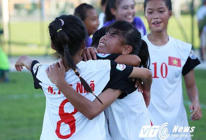 Niềm hạnh phúc của những cô gái U14 Việt Nam. (Ảnh: Phạm Thành)