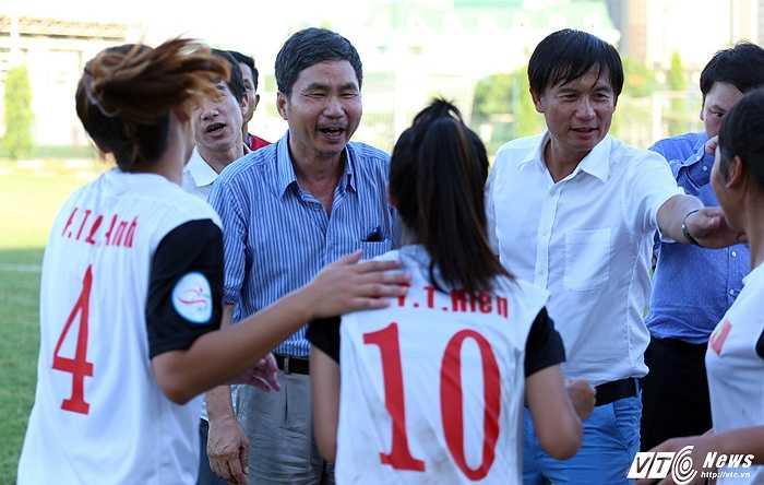 Phó tổng thư ký VFF Dương Nghiệp Khôi vui chung cùng U14 Việt Nam. (Ảnh: Phạm Thành)