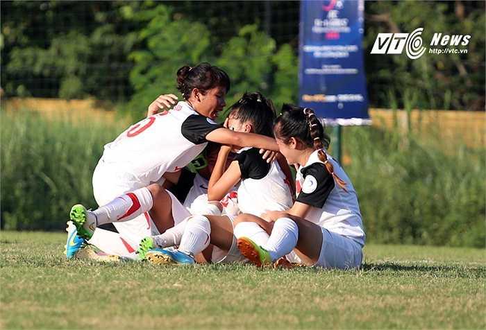 Cầu thủ U14 Việt Nam bật khóc vì sung sướng sau khi sút tung lưới Thái Lan. (Ảnh: Phạm Thành)