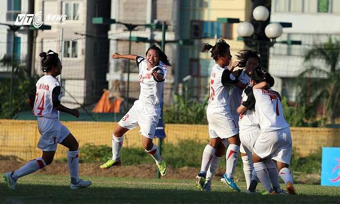 Song đúng vào những phút cuối trận đấu, cầu thủ hay nhất giải Thu Hiền ghi bàn thắng ấn định tỷ số 2-1 cho U14 Việt Nam. (Ảnh: Phạm Thành)