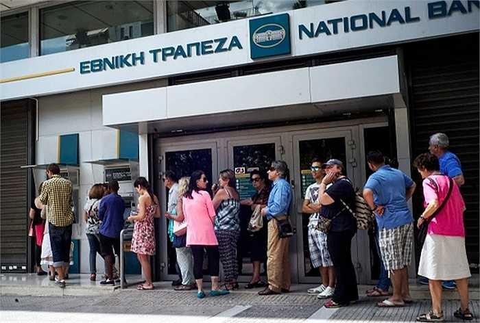 Ngày cuối tuần vừa qua, người dân Hy Lạp đã đổ xô đi rút tiền tại các ATM vì lo ngại các ngân hàng đóng cửa vào thứ Hai tuần nay
