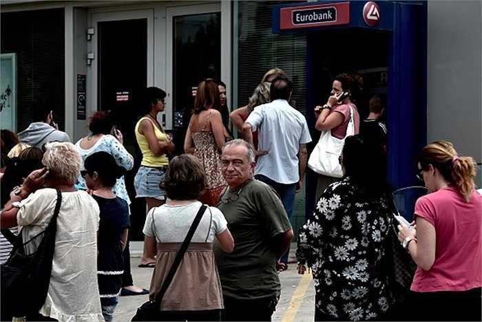 Những dòng người xếp hàng dài tại các máy ATM để rút tiền là hình ảnh quen thuộc tại nước này trong mấy ngày gần đây. 500 trong tổng số 7000 máy ATM có dấu hiệu cạn tiền