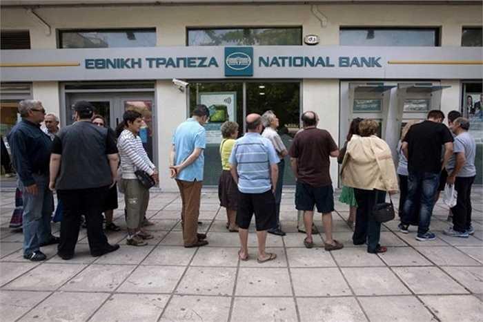 Người dân Hy Lạp đổ xô đi rút tiền sau khi Thủ tướng Alexis Tsipras kêu gọi thực hiện một cuộc trưng cầu dân ý quyết định vận mệnh của Hy Lạp trong khối đồng tiền chung euro.