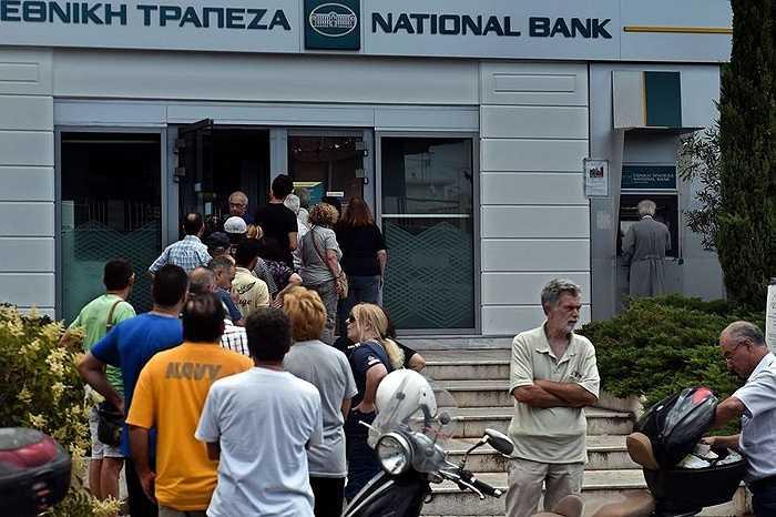 Theo kế hoạch, Hy Lạp phải thanh toán cho IMF 1,6 tỷ Euro trong ngày 30/6, nhưng ECB lại ngừng cấp gói thanh khoản cho nên Hy Lạp càng lâm vào khó khăn