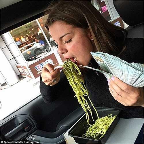 Thưởng thức món ăn trên siêu xe và tay cầm những xấp tiền lên đến hàng ngàn USD