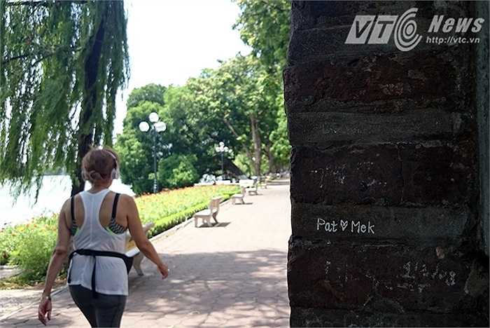 Những hành động vô văn hóa như vẽ bậy lên di tích, mặc quần lót ở nơi công cộng, hay coi thường luật lệ giao thông ở Việt Nam của du khách nước ngoài đang diễn ra khá phổ biến ở Hà Nội.