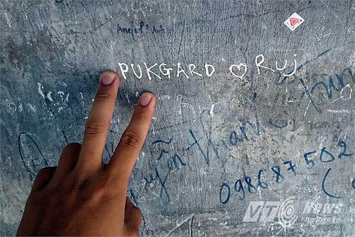 Những vết tích xấu xí được du khách nước ngoài tạo nên trên tường của tháp Hòa Phong.