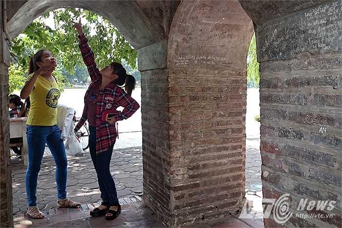 Nhiều bạn trẻ khi tới thăm quan tháp Hòa Phong, không còn thấy được giá trị lịch sử của tòa tháp, mà thay vào đó là những vết tích xấu xí do khách du lịch gây ra.