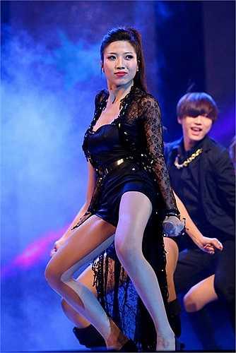Nữ ca sỹ chiêu đãi khán giả bằng những vũ đạo bốc lửa.