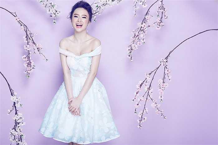 Trong loạt hình mới nhất, nữ diễn viên Angela Phương Trinh khoe vẻ đẹp gợi cảm trong những bộ cánh nữ tính.