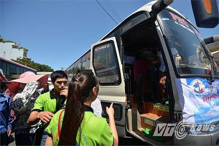 9 giờ sáng ngày 29/6, khi nhiều chuyến xe khách chở sĩ tử còn chưa kịp dừng bánh thì những đội Sinh viên tình nguyện (SVTN) đã chờ sẵn ở cửa để đón các em về nơi ăn nghỉ đã được sắp xếp trước.