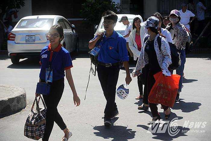Các bạn sinh viên tình nguyện khuân đồ giúp thí sinh và người nhà.