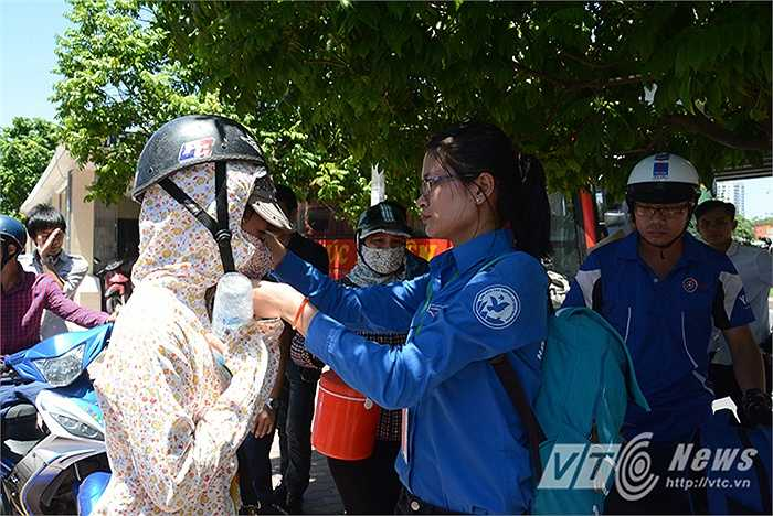 Đội mũ bảo hiểm để đảm bảo an toàn cho các em