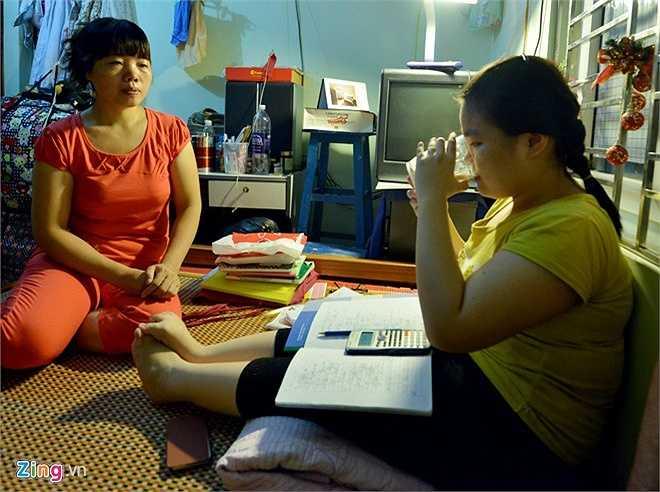 Trong kỳ thi THPT quốc gia năm nay, nữ sinh quê Nam Định lên thủ đô từ sớm. Mẹ của Vân, chị Nguyễn Thị Minh Hà, đưa con từ quê ra Hà Nội tìm chỗ trọ.