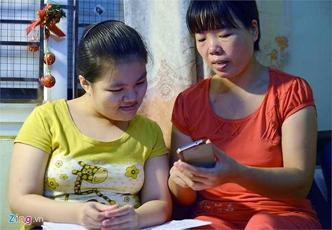 Bố của Minh Vân liên tục gọi điện, nhắn tin từ quê, hỏi thăm tình hình của hai mẹ con. Anh đang bận nên đến ngày thi chính thức mới kịp có mặt ở Hà Nội để đưa đón con gái.