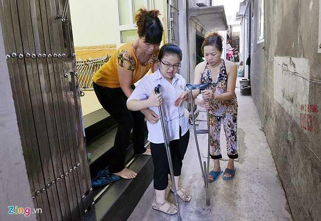 Bà Tấn, chủ nhà trọ, cũng giúp Vân ra khỏi nhà.