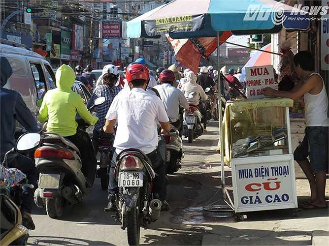 Tuy nhiên, tại ngã tư Quán Mau, nhiều người dân vẫn chiếm dụng lòng, lề đường bán hàng, gây ùn tắc giao thông. (Thực hiện: Minh Khang)