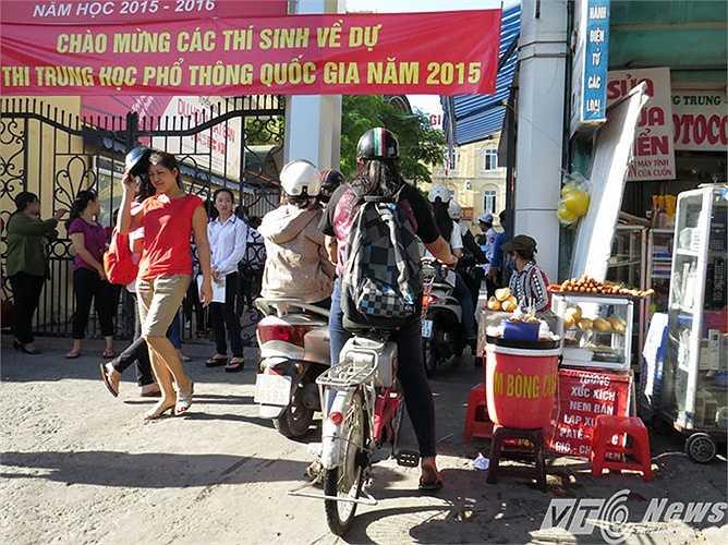 Tại khu vực cổng Trung tâm Giáo dục Thường xuyên Hải Phòng (số 33 Nguyễn Đức Cảnh, quận Lê Chân) cũng xảy ra tình trạng tương tự.