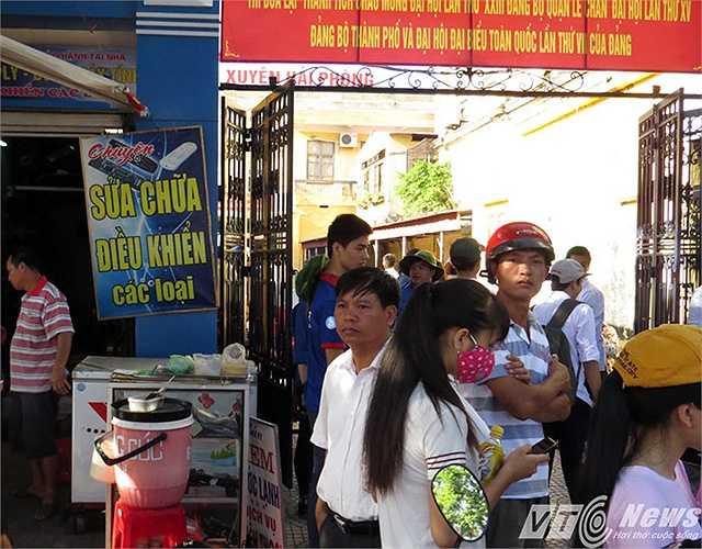 Người dân dọn hàng bán chắn ngay cổng ra vào.
