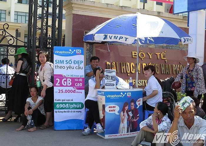 Thậm chí, 'nhà mạng' cũng tranh thủ cơ hội 'trưng bày sản phẩm' ngay phía cổng Trường Đại học Y Dược Hải Phòng.