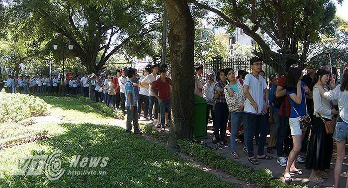 Trước thềm kỳ thi tốt nghiệp THPT Quốc Gia 2015, tại khu di tích Văn Miếu (Hà Nội) đã đón hàng ngàn sĩ tử đổ về Văn Miếu để cầu may.