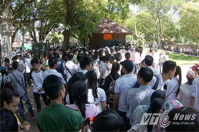 Ngay tại cổng vào, dòng người xếp hàng chật kín xung quanh khu vực bán vé.