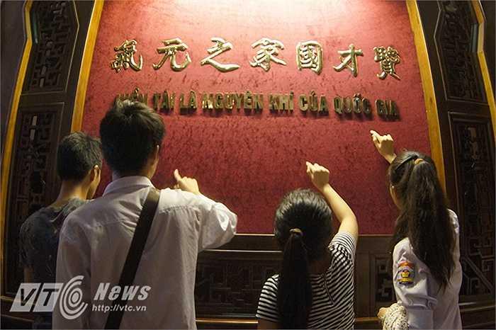 Nhiều sĩ tử cũng tranh thủ 'ghi danh' lên bảng với mong muốn sẽ là tân sinh viên của Trường đại học bấy lâu mình mơ ước. (Ảnh: Nguyễn Long)