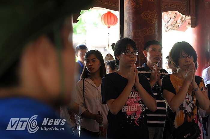Năm nay, do quy chế thi thay đổi, lượng thí sinh đổ về Hà Nội không nhiều như các năm trước nên công việc của lực lượng SVTN đỡ vất vả hơn.