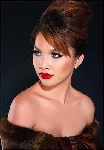 Son môi đỏ có phần khiến cho nghệ sỹ đầu tiên của Vbizlàm mẹ đơn thân có phần già dặn nhưng quyến rũ hơn.