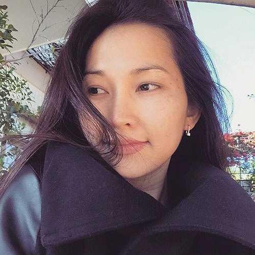 Kim Hiền có một vài đốm nhỏ trên mặt, nhất là đuôi mắt. Khi trang điểm cô dễ dàng che đi phần này