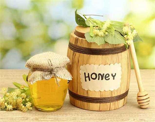 Nước và mật ong: rất tốt giúp thanh lọc máu giúp da sáng hơn. Vì vậy bạn nên uống một ly nước với một vài giọt mật ong.