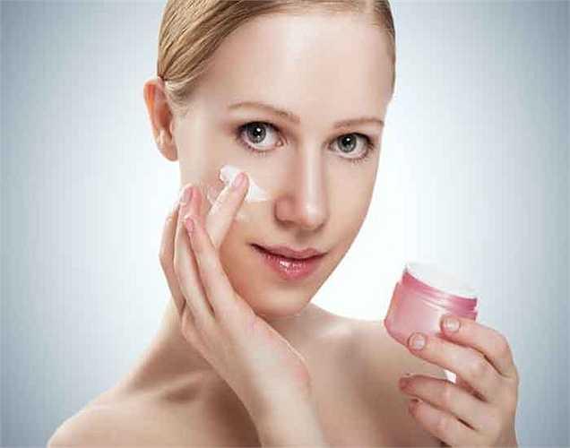 Dưỡng ẩm: Ngay sau khi tắm, bạn nên dưỡng ẩm cho làn da. Nếu không da của bạn có thể bị khô và nhợt nhạt.