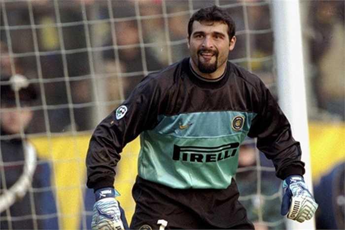 Huyền thoại Peruzzi tiêu tốn 17,9 triệu euro của Inter cũng như Lazio, khi anh 2 lần chuyển CLB vào các năm 1999 và 2000