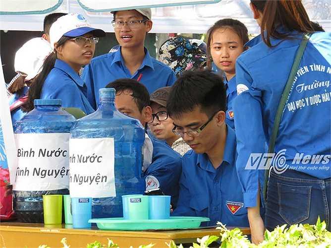 Tại các điểm thi, đều có bình nước uống miễn phí phục vụ nhu cầu của thí sinh và các bậc phụ huynh.