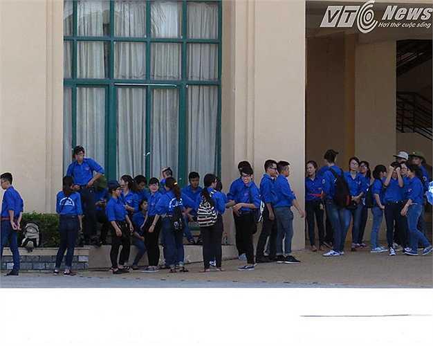 Phút giải lao hiếm hoi khi các thí sinh đã vào phòng đăng ký dự thi - Ảnh tại Trường Đại học Y Dược Hải Phòng.