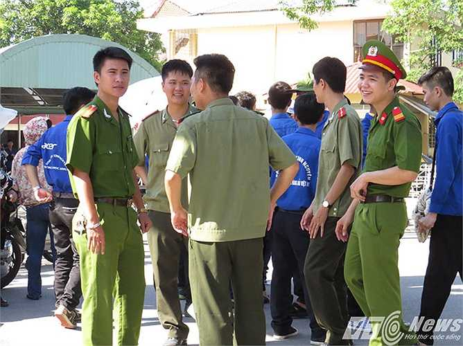 Phút giải lao của Thanh niên tình nguyện Công an TP Hải Phòng tiếp sức mùa thi 2015.