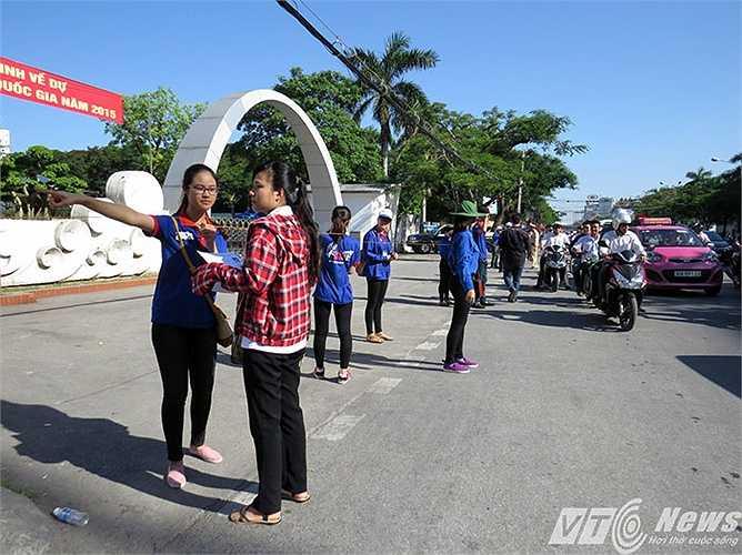Một thí sinh đến muộn, nhầm địa chỉ, được SVTN trường Đại học Hàng hải Việt Nam (trên đường Lạch Tray, Hải Phòng) hướng dẫn đến điểm đăng ký dự thi.