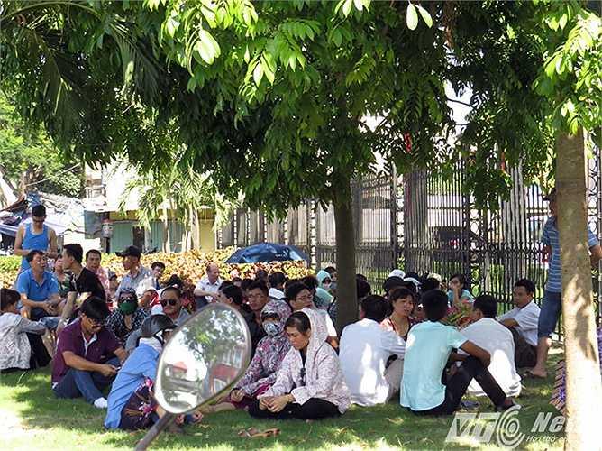 Phụ huynh tránh nắng nóng dưới gốc cây chờ sĩ tử vào đăng ký dự thi tại điểm thi Trường Đại học Y Dược Hải Phòng.