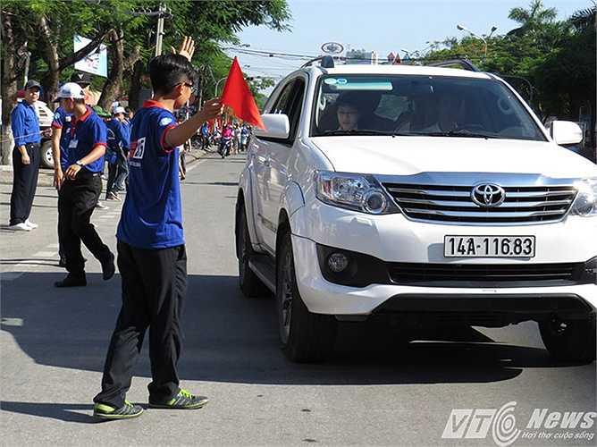 Nam SVTN đầu trần 'chịu trận; hướng dẫn thí sinh được người nhà chở bằng ô tô đến điểm thi.