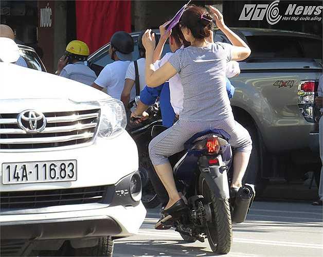 Một trường hợp thí sinh nhầm địa chỉ, được SVTN dùng xe máy chở đến điểm thi khác.