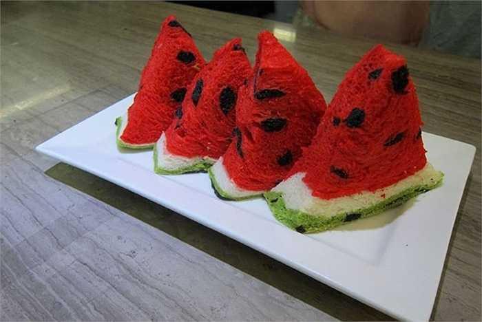 Lấy ý tưởng từ những trái dưa hấu vuông ruột đỏ, ruột vàng nổi tiếng ở Nhật Bản, một cửa hàng bánh ngọt mang tên Jimmy Bakery tại Đài Loan đã sáng tạo ra mẫu bánh mì kiểu mới bắt mắt trong dịp hè.