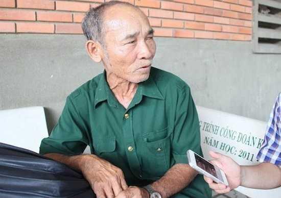 Trong bộ quân phục màu xanh, ông Anh cho biết, để kịp làm thủ tục sáng 30/6, ông đi xe đò từ 4h30. Sau 2 tiếng ngồi xe, ông đã có mặt tại điểm thi Đại học Sư phạm Kỹ thuật TP HCM.