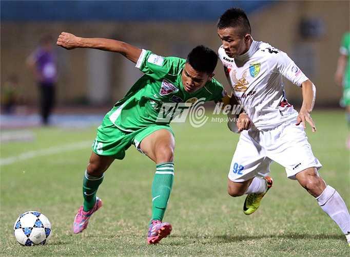 Đội bóng Tây Đô gây bất ngờ với bàn mở tỷ số ở phút 15 của Phan Thanh Phúc - một người cháu của HLV Phan Thanh Hùng bên kia chiến tuyến. (Ảnh: Quang Minh)