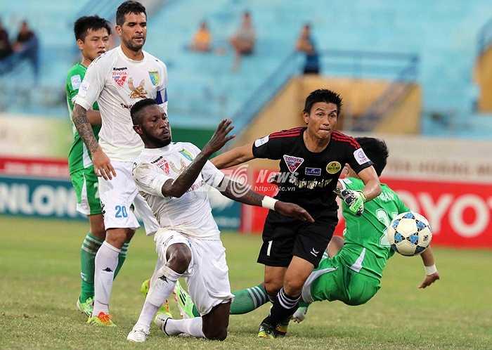 Đây cũng là tình huống giúp anh có bàn thắng nâng tỷ số lên 3-1 cho Hà Nội T&T. Trước đó, Văn Quyết đã đưa đội chủ sân Hàng Đẫy vượt lên dẫn 2-1 ở phút 71. (Ảnh: Quang Minh)