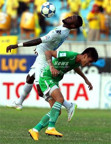 Samson khiến trung vệ đội tuyển Việt Nam Đinh Tiến Thành lép vế trong một pha tranh chấp bóng bổng. (Ảnh: Quang Minh)