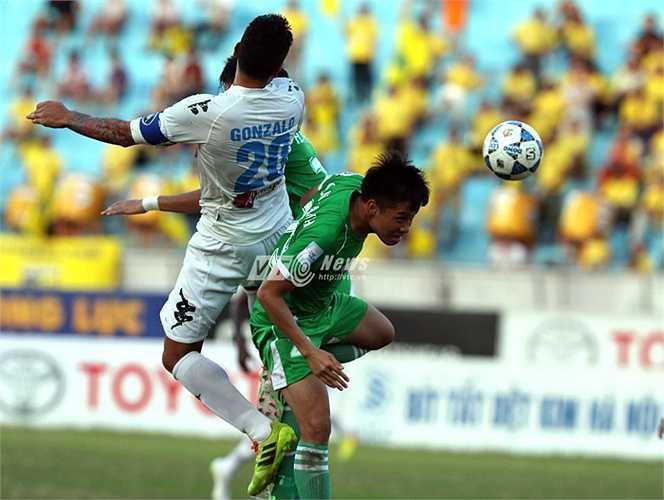 Một chuyên gia bóng bổng khác của Hà Nội T&T là Gonzalo cho thấy sức mạnh của mình trước hàng thủ đội bóng áo xanh. (Ảnh: Quang Minh)