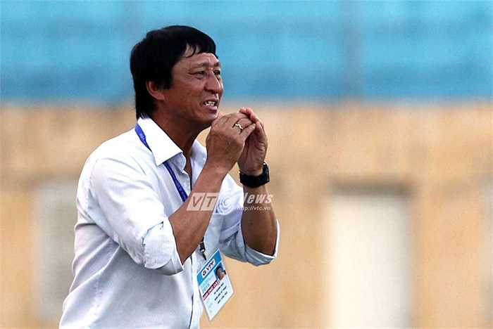Và cuối cùng là vẻ mặt thất vọng của HLV Vũ Quang Bảo. Cần Thơ chìm nghỉm ở đáy bảng xếp hạng sau lượt đi V-League 2015. (Hà Thành - Ảnh: Quang Minh)