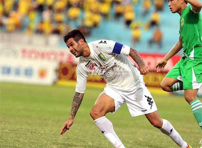 Gonzalo san bằng cách biệt cho Hà Nội T&T ở phút 57. (Ảnh: Quang Minh)